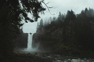 vattenfall med dimma och träd