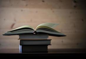 bunt med öppna böcker på ett träbord