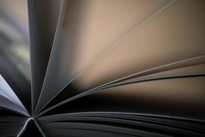 närbild av en öppnad bok på ett träbord