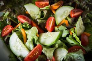 närbild av färsk grönsaksallad foto