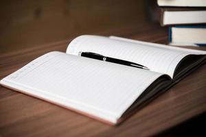 öppen bok på ett träbord foto