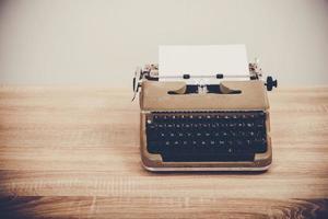 en vintage skrivmaskin på träbord