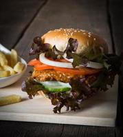 hemlagad kycklingburger foto