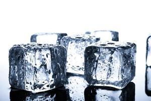 närbild av våta isbitar på minimal bakgrund