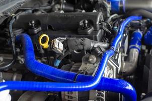 bilmotor med ett blått rör