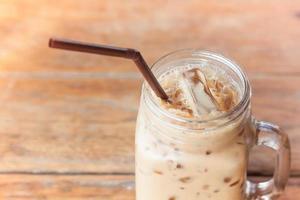 närbild av en burk med iskaffe på ett träbord foto