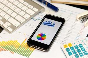 smartphone med diagram på den foto