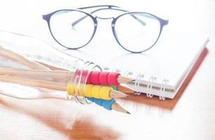 pennor i en glasflaska med glasögon foto