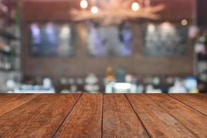 brun bordsskiva med en suddig kafé foto