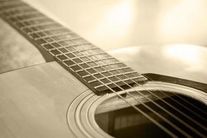 närbild av en akustisk gitarr