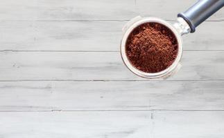 kaffekvarn på en vit träbakgrund
