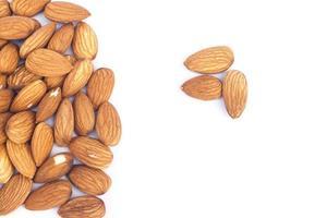 mandel nötter på en vit bakgrund