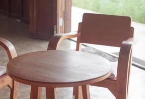 träbord och stolar på ett kafé foto