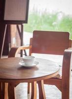 kaffekopp på ett bord i ett kafé foto