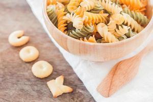 närbild av kock alfabet kex med fusili pasta