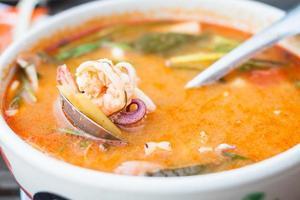 thailändsk kryddig soppa med skaldjur foto