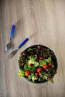 färsk sallad med grönsaker och gröna foto