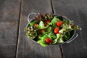färsk grönsaksallad med rustik gammal träbakgrund foto