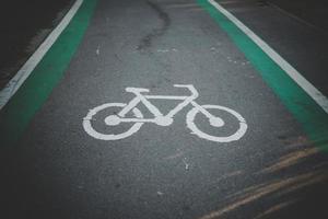 ange symbol på cementvägen för cyklar foto