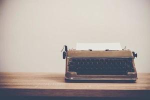 vintage skrivmaskin på träbord.