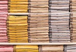 stack av handdukar på en hylla foto