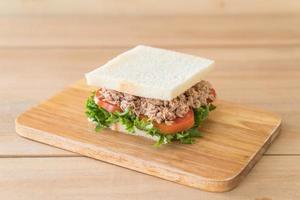 tonfisksmörgås på träplatta foto
