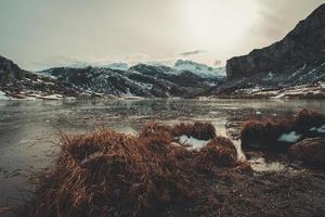 fantastisk och avkopplande utsikt över en frusen sjö i