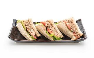 tonfisksmörgås på vit bakgrund foto