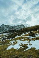 grön äng i toppen av berget foto