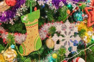 närbild av ett julgran med ornament foto