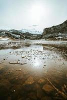 fryst vatten och isbitar i en frusen sjö