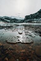 fryst vatten och isbitar i en frusen sjö foto