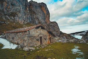hus eller tillflykt mitt i bergen