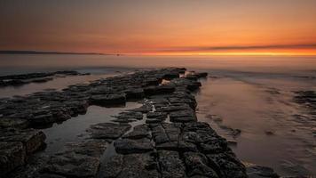 stenig strand under solnedgången