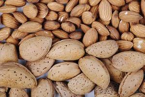 närbild av mandlar och valnötter
