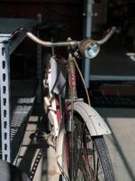 närbild av en rostig cykel foto