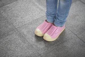 närbild av små flickafötter på gatan foto