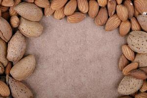 ram av nötter på en brun bakgrund