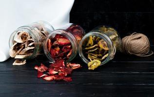 burkar med torkade fruktskivor med garn