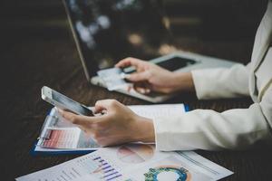 kvinna som använder kreditkort och smart telefon för online-shopping