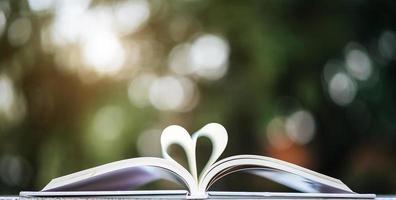 öppen bok med hjärtform