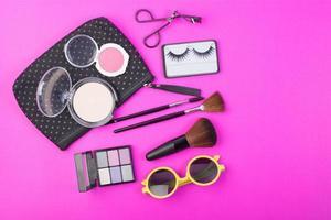 kosmetiska skönhetsprodukter på rosa bakgrund foto