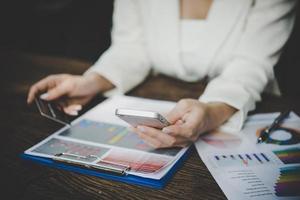 kvinna som använder kreditkort och smart telefon för online-shopping foto