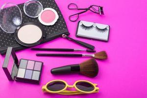 kosmetiska skönhetsprodukter på rosa bakgrund