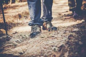 närbild av en mans fötter som vandrar på en bergsstig foto