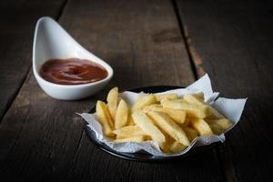 traditionella pommes frites med ketchup