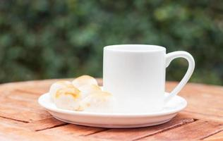 bakverk på ett fat med en kaffekopp
