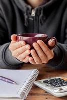 person koppar en kopp kaffe