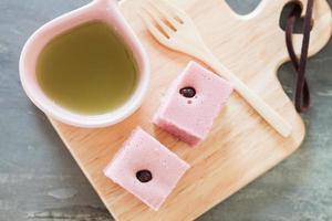 ovanifrån av te och rosa tårta