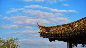 Changshu stad, Jiangsu-provinsen. 25 oktober 2020 - blå himmel och takfot